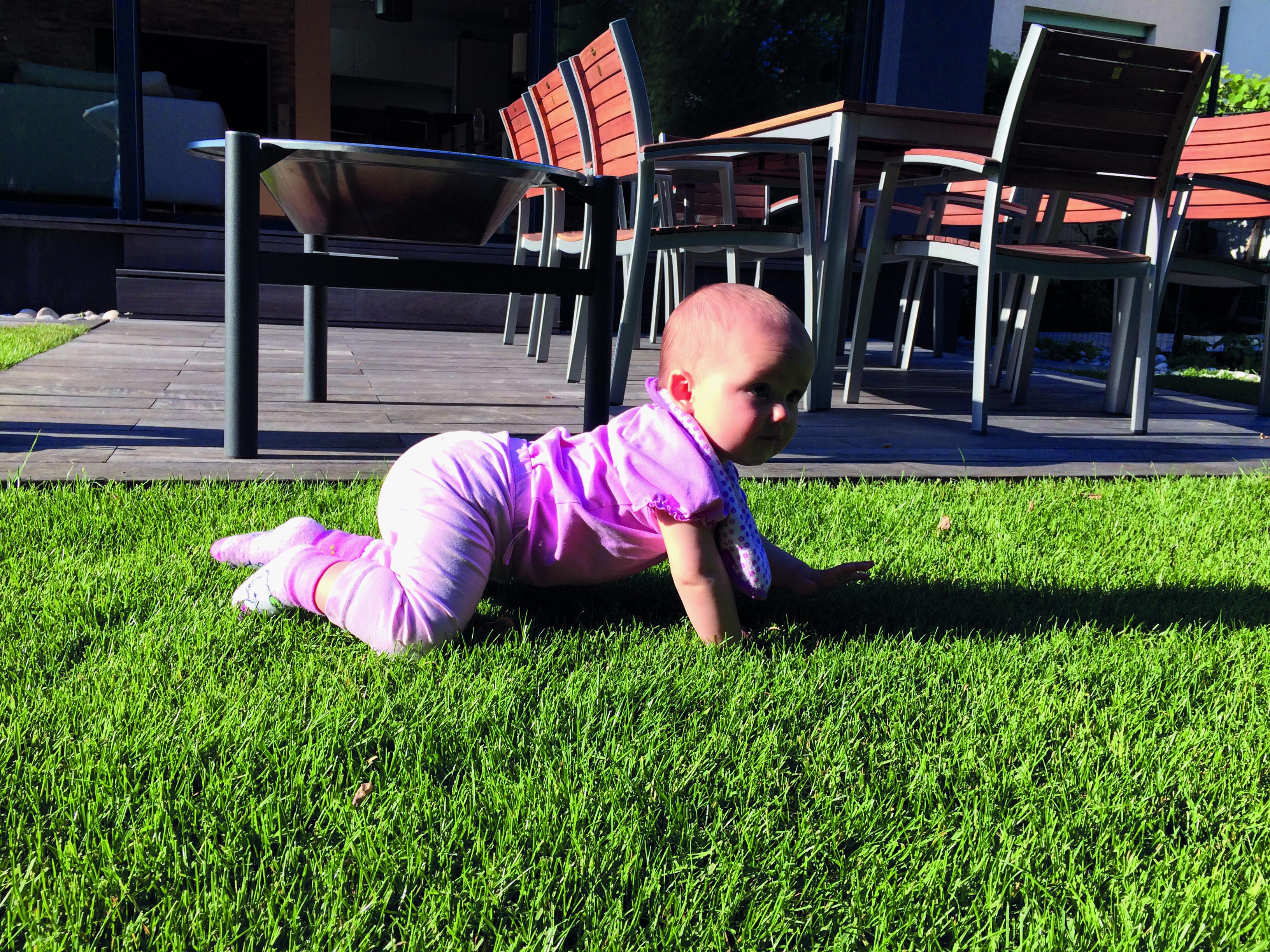Slika 1: Otrok se prične pomikati po prostoru s plazenjem, v katerem ima največjo podporno ploskev in je najbolj stabilen, saj je s celotnim telesom v stiku s podlago.