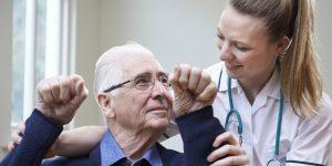 starejši gospod na pregledu zaradi posledic mozganske kapi
